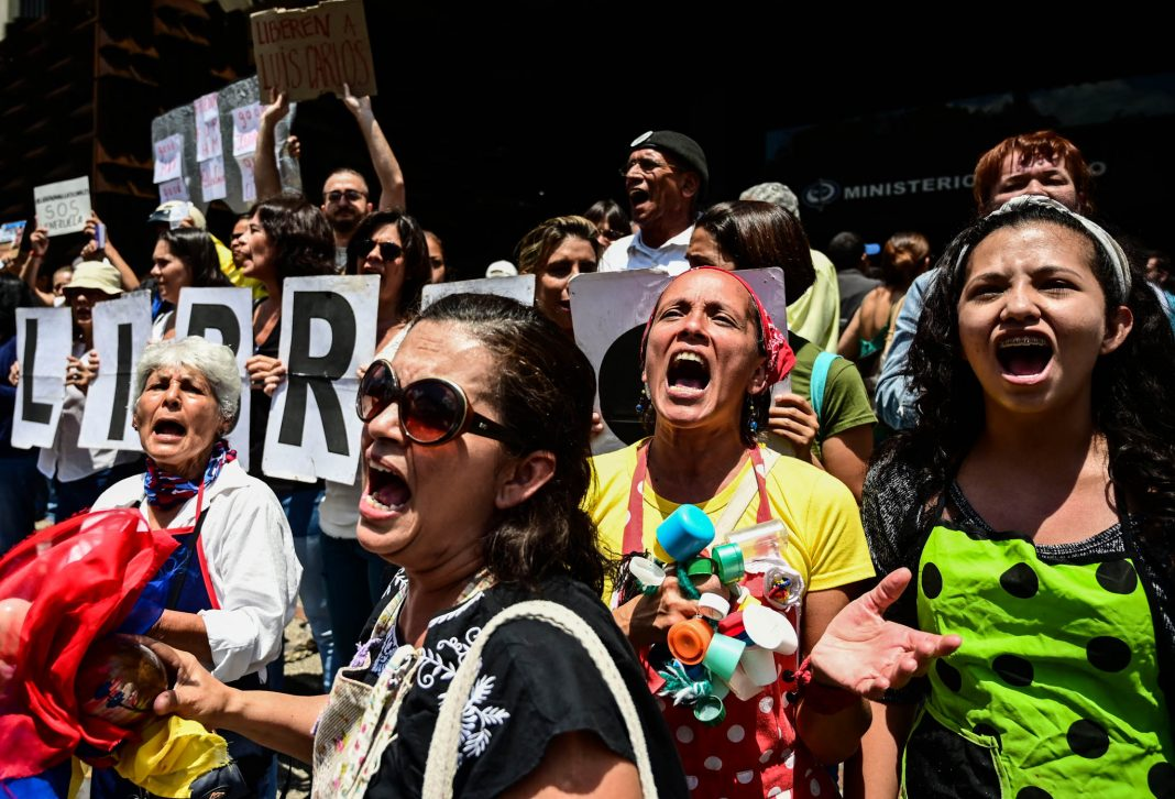 Protestors screaming (© Ronaldo Schemidt/AFP/Getty Images)