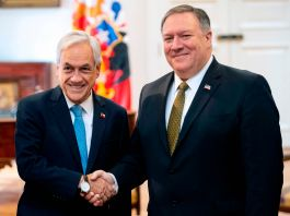 O presidente chileno, Sebastian Pinera, cumprimenta Mike Pompeo (© Martin Bernetti/AFP/Getty Images)