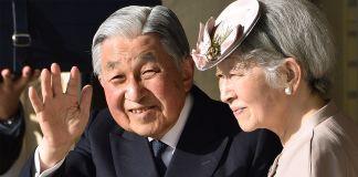 Un homme âgé saluant de la main, avec son épouse à côté de lui (© Kazuhiro Nogi/AFP/Getty Images)