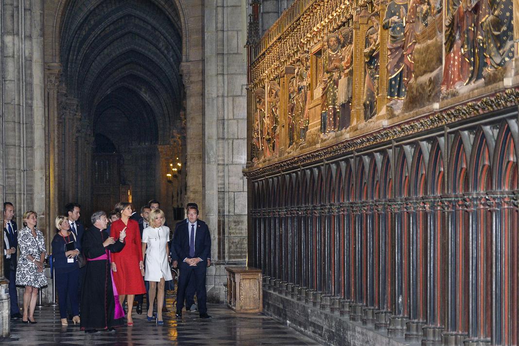 Melania Trump e outras pessoas caminham pela catedral (© Aurelien Meunier/Getty Images)