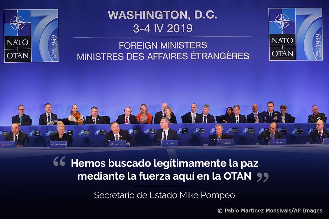 Fotografía de los ministros de Asuntos Exteriores de los países de la OTAN con texto sobrepuesto de una declaración de Mike Pompeo (Depto. de Estado/© Pablo Martinez Monsivais/AP Images)