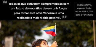 Menino na multidão levantando pequena bandeira venezuelana (© Shutterstock.com)