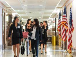 Mujeres caminando por el pasillo con banderas estadounidenses en las gradas (Iniciativa TOMODACHI)
