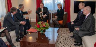 Mike Pompeo s'entretenant avec d'autres personnes assises sur des sofas (Département d'État/Ron Przysucha)