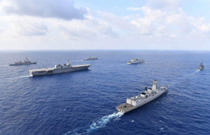 Grupo de navios de guerra navegando (Força Marítima de Autodefesa do Japão/Marinha dos EUA)
