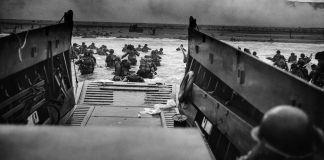 Tropas do Dia D em terra a partir de barco (© Photo12/UIG/Getty Images)