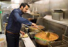 Kazi Mannan, pemilik Sakina Halal Grill di Washington. (© Marvin Joseph/The Washington Post/Getty Images)