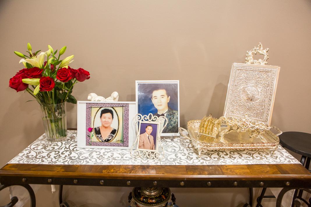 Meja dengan foto, bunga dan barang-barang lainnya (Departemen Luar Negeri/D.A. Peterson