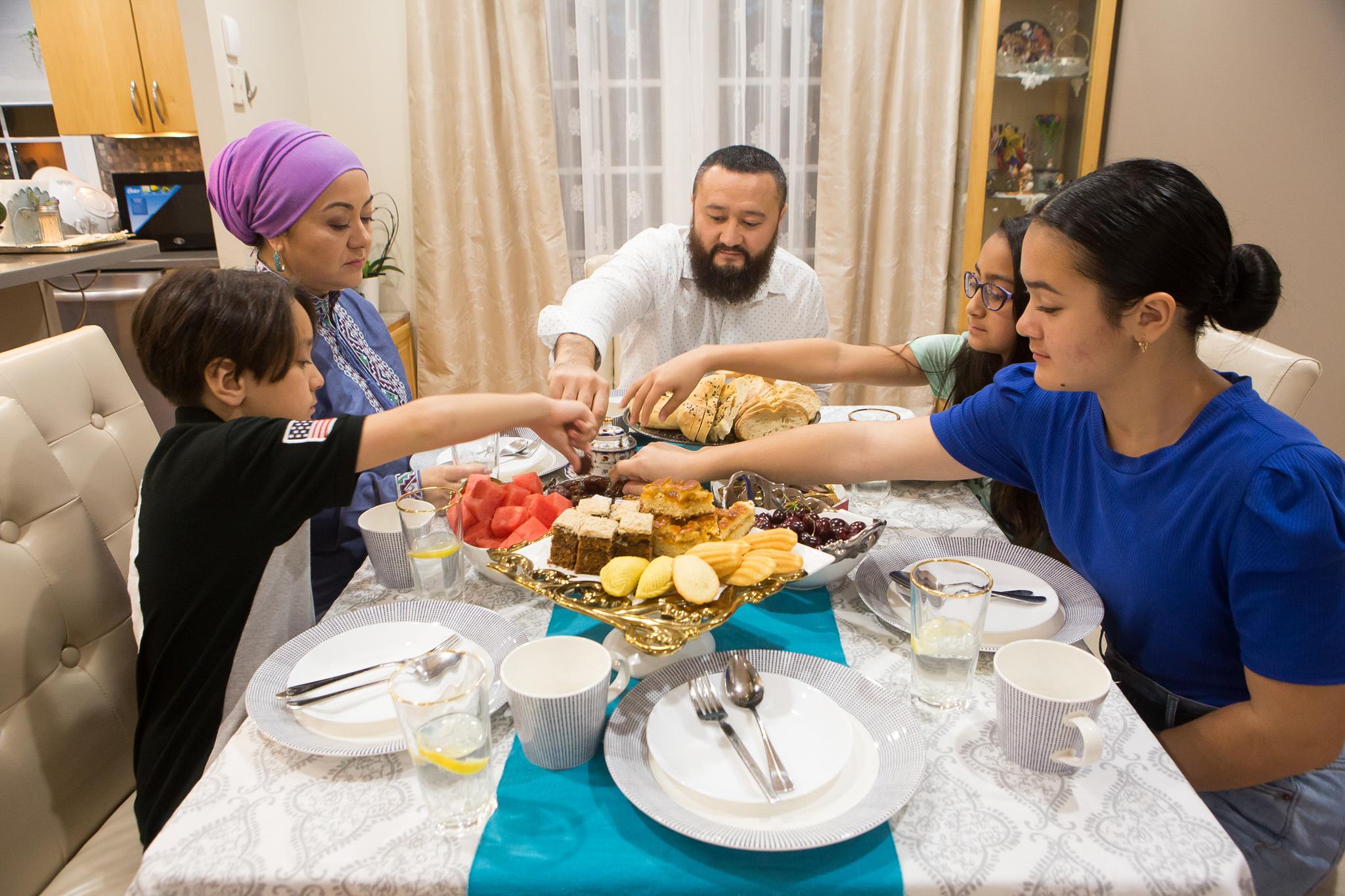 Une famille à table (Département d'État/D.A. Peterson)