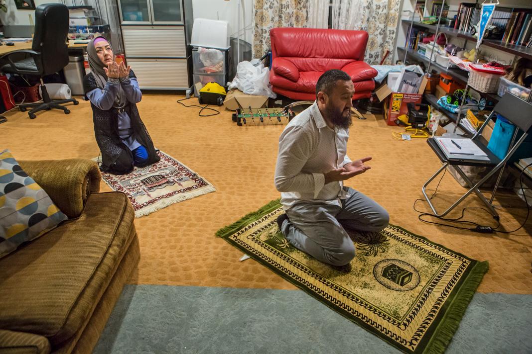 Dua orang berlutut untuk berdoa (Departemen Luar Negeri/D.A. Peterson