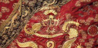 有金色刺绣的红色衣服(来源:Wikimedia Commons)