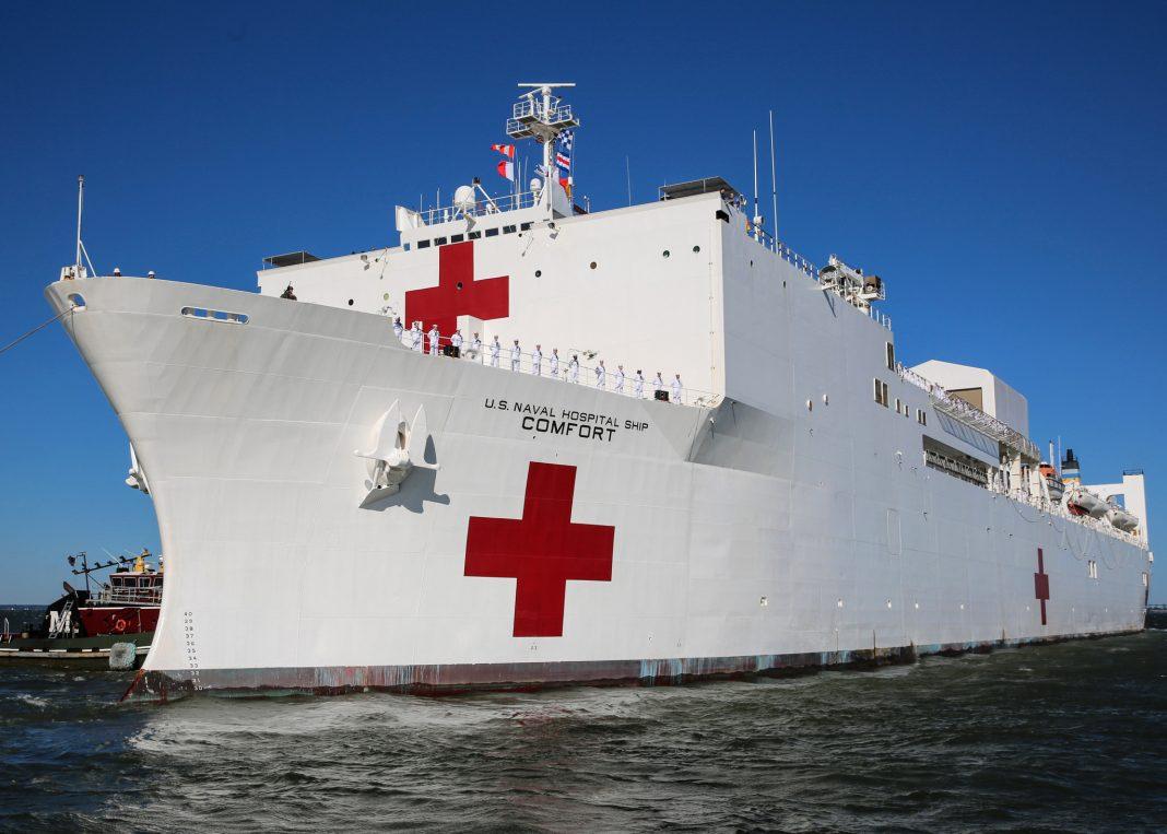 Gran barco blanco con la Cruz Roja pintada (U.S. Navy/Bill Mesta)