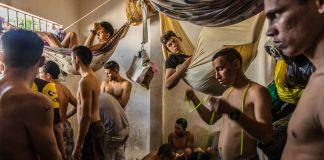 Un groupe d'hommes dans un petit local (© Rodrigo Abd/AP Images)
