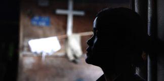 Une personne de profil en contre-jour (© Esther Htusan/AP Images)