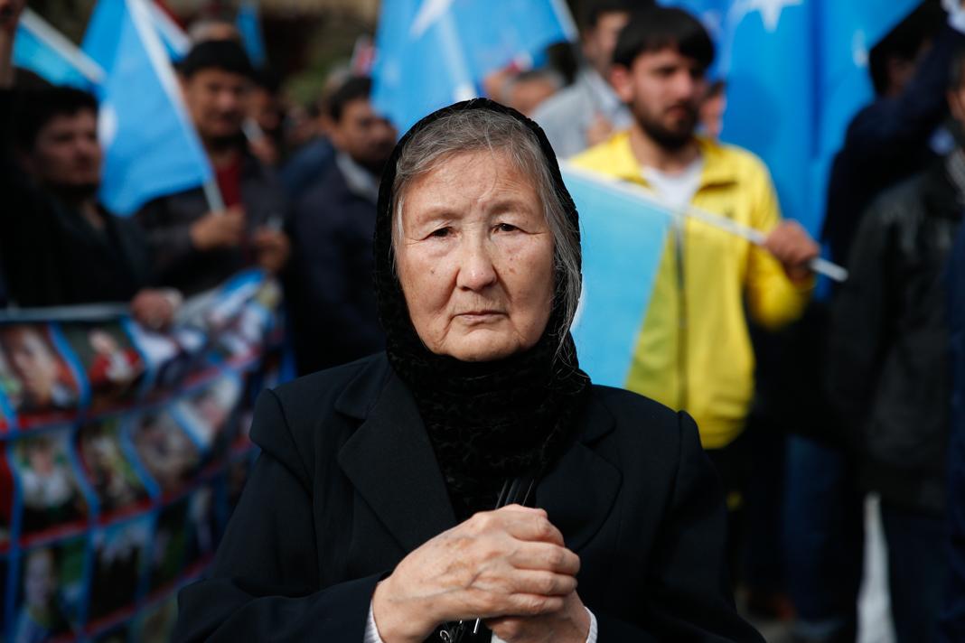 Mulher com lenço de cabeça e agasalho pretos (© Lefteris Pitarakis/AP Images)