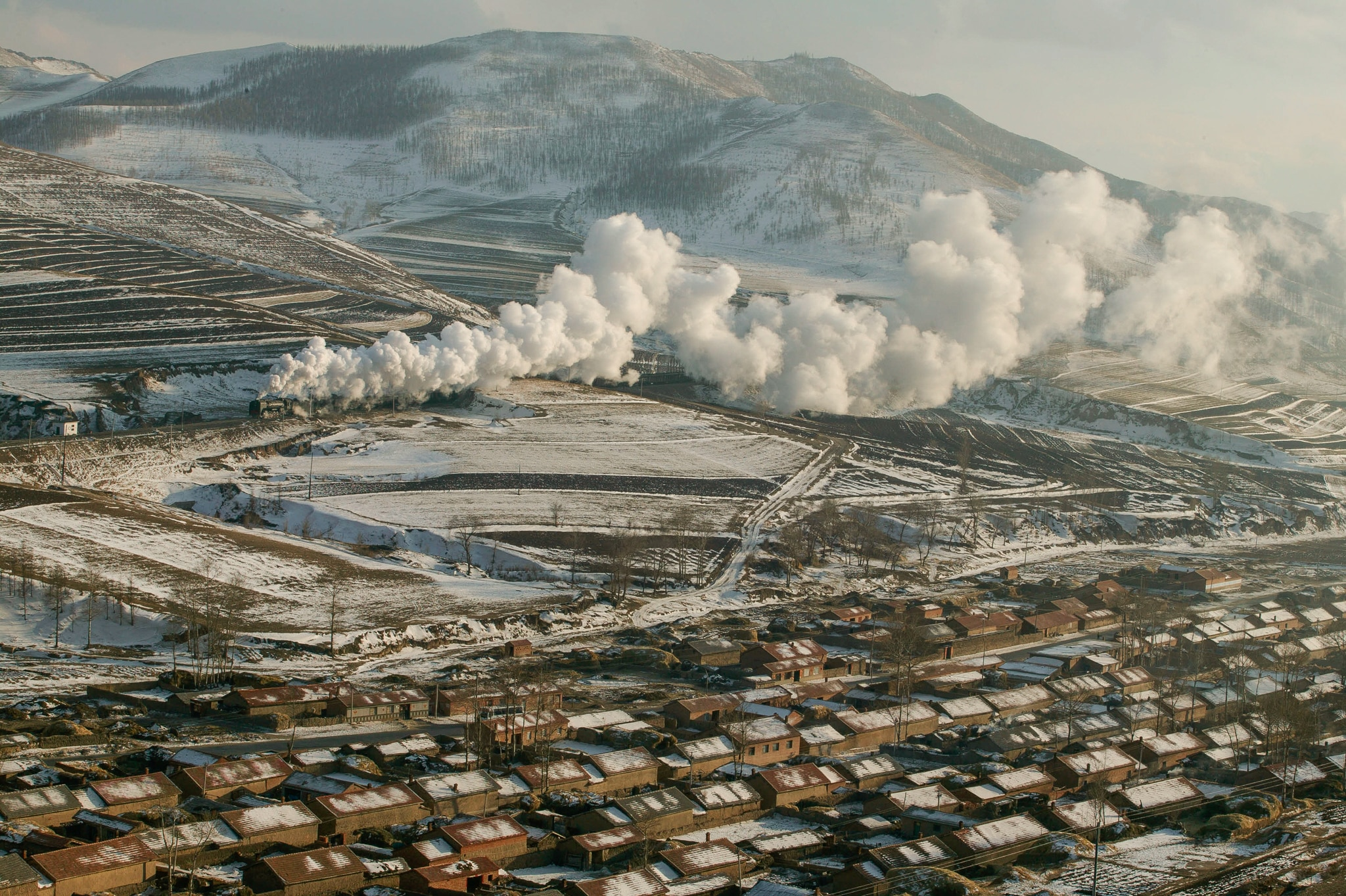 Panorama invernal con una enorme chimenea (© Rail Photo/Construction Photography/Avalon/Getty Images)