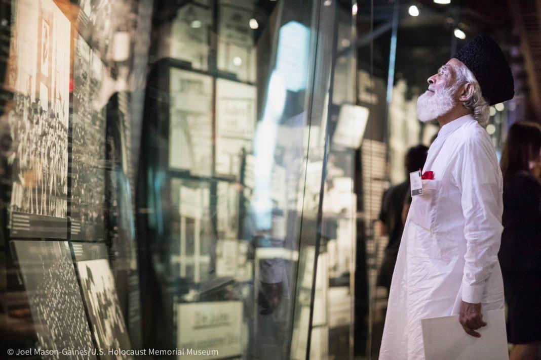 Hombre mira una exhibición en un museo (© Joel Mason-Gaines, Museo de Estados Unidos para la Memoria del Holocausto)