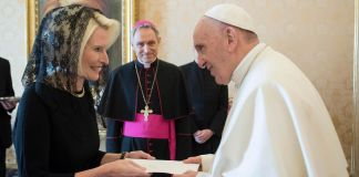 Callista Gingrich and Pope Francis exchanging document (© L'Osservatore Romano/AP Images)