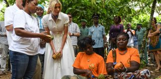 Ivanka Trump watching women gather cocoa beans (© Issouf Sanogo/AFP/Getty Images)