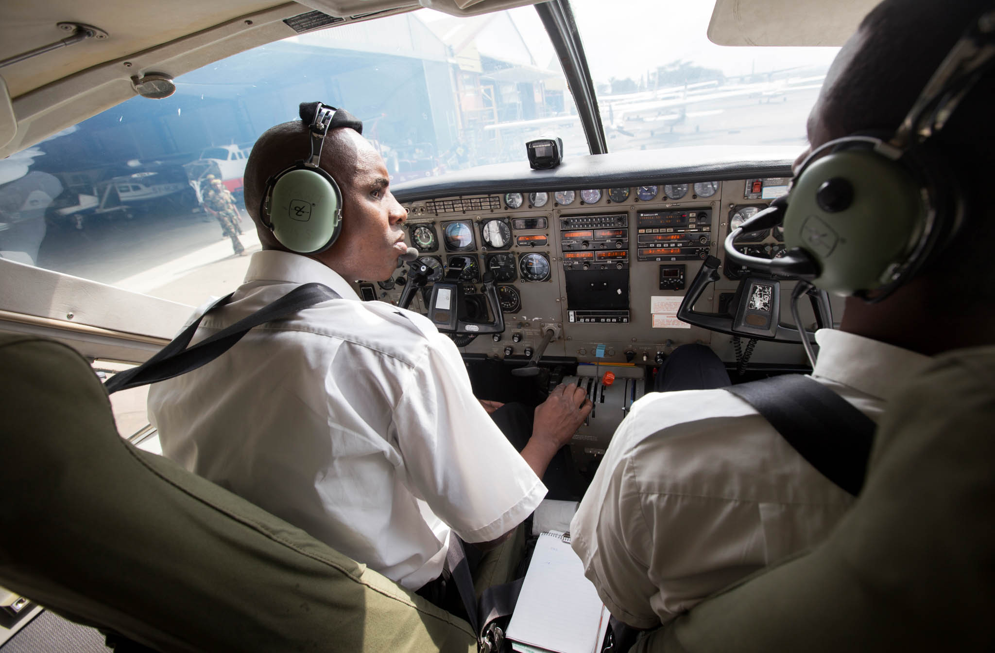 Two pilots in aircraft cockpit (© AOPA)