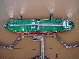 Oil tanker unloading oil at port (© China Stringer Network/Reuters)