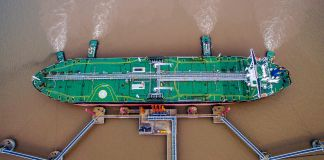 Aerial view of oil tanker unloading oil at port (© China Stringer Network/Reuters)