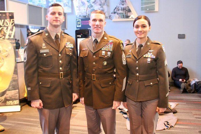 陆军总军士长戴利(中)与战友穿着新制服出现在公众场合(照片:陆军部)