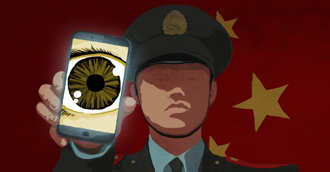 Illustration d'un agent de l'ordre chinois en uniforme, un portable à la main sur lequel est affiché un globe oculaire (Département d'État/D. Thompson)