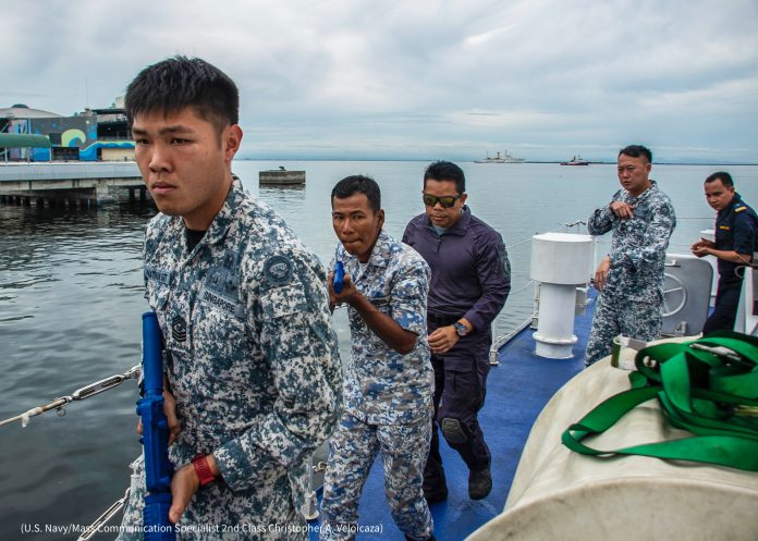 Soldados con armamento falso en una nave (U.S. Navy/especialista en comunicación de masas de 2ª clase Christopher A. Veloicaza)