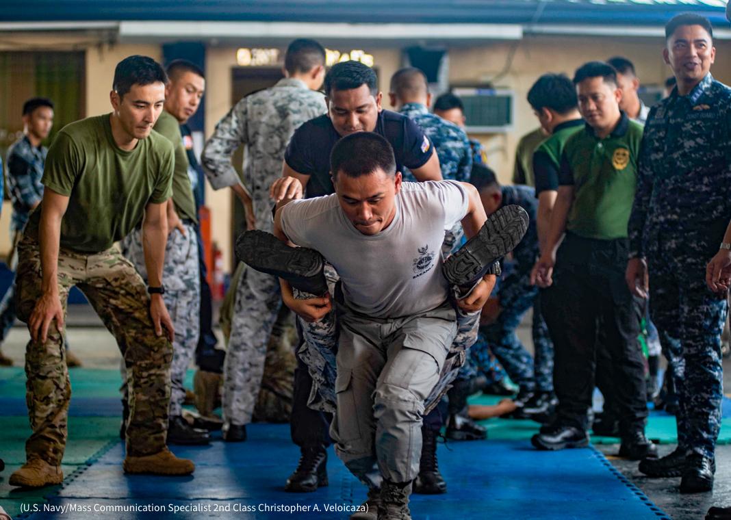 Soldados practican el traslado de un hombre (U.S. Navy/especialista en comunicación de masas de 2ª clase Christopher A. Veloicaza)