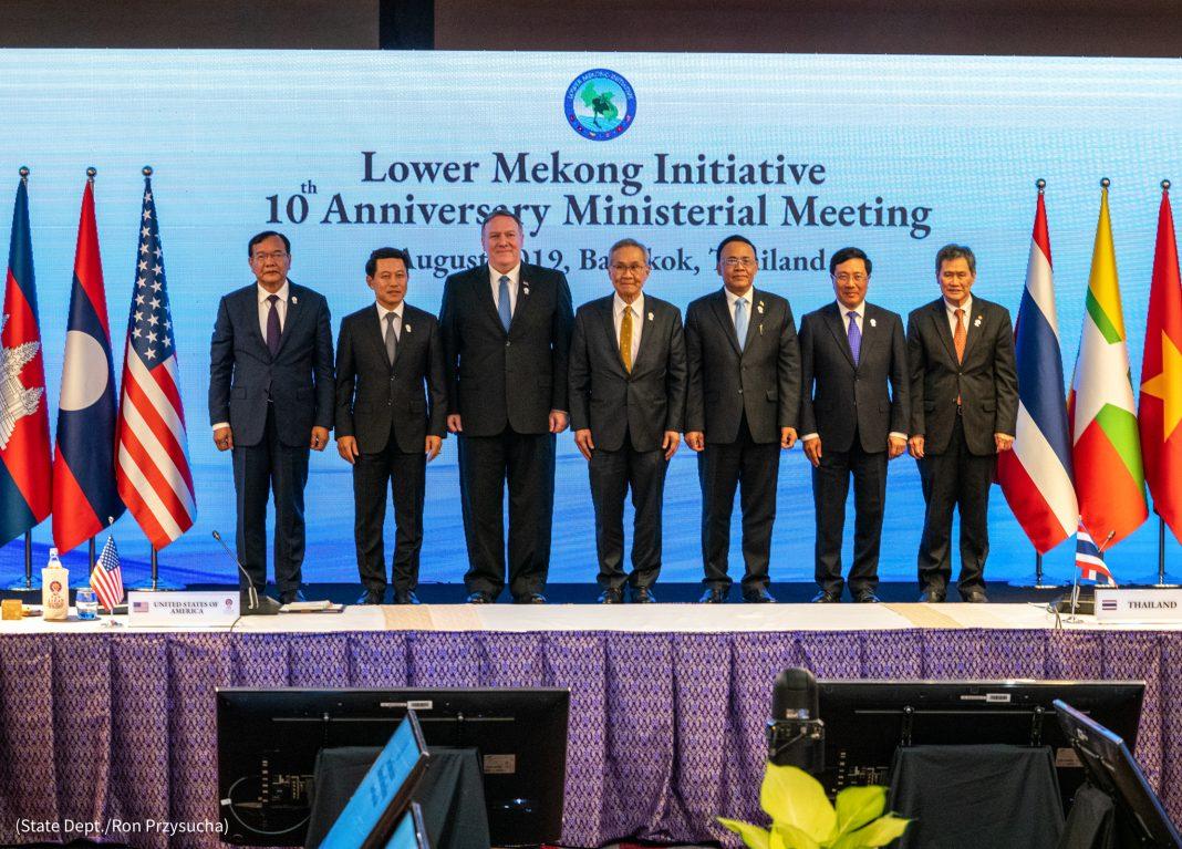 Sept hommes posant pour une photo de groupe (Département d'État/Ron Przysucha)