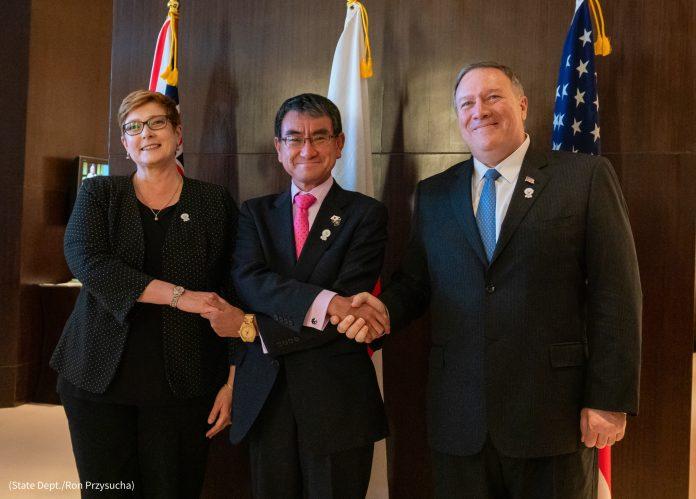 Trois personnes se serrant la main (Département d'État/Ron Przysucha)