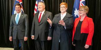 Quatre personnes debout devant les drapeaux américain et australien (Département d'État/Ron Przysucha)