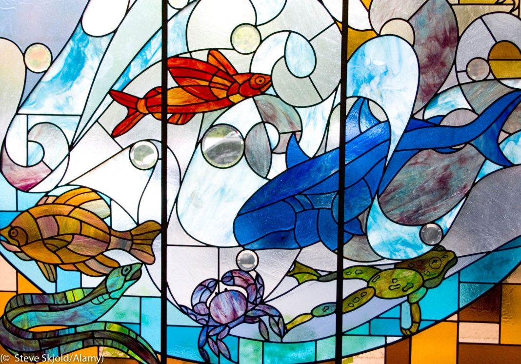 Un vitrail sur lequel sont peints des espèces animales vivant dans l'eau (© Steve Skjold/Alamy)