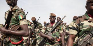 Soldados segurando armas (© Jane Hahn/AP Images)