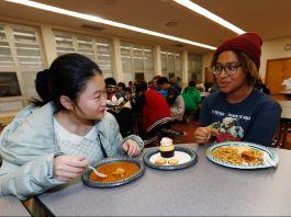 学生在餐厅吃饭(© David Zalubowski/AP Images)