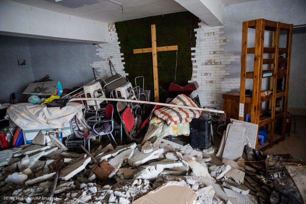Interior de igreja em ruínas (© Ng Han Guan/AP Images)