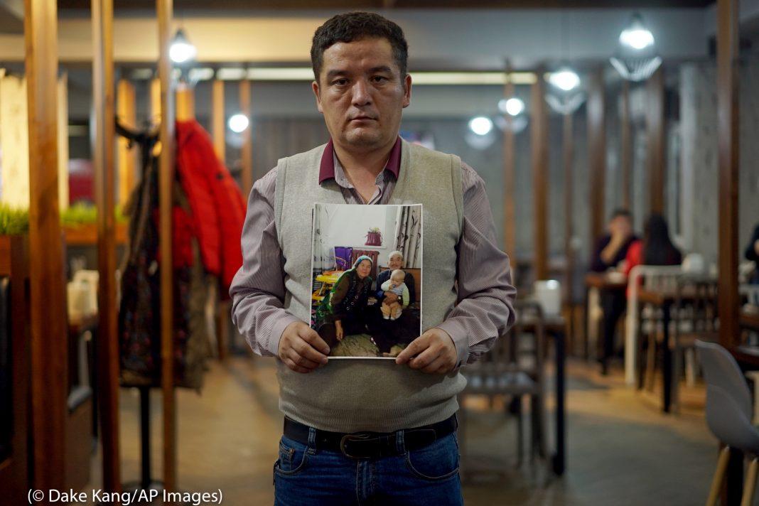 Resim tutan adam (© Dake Kang/AP Images)