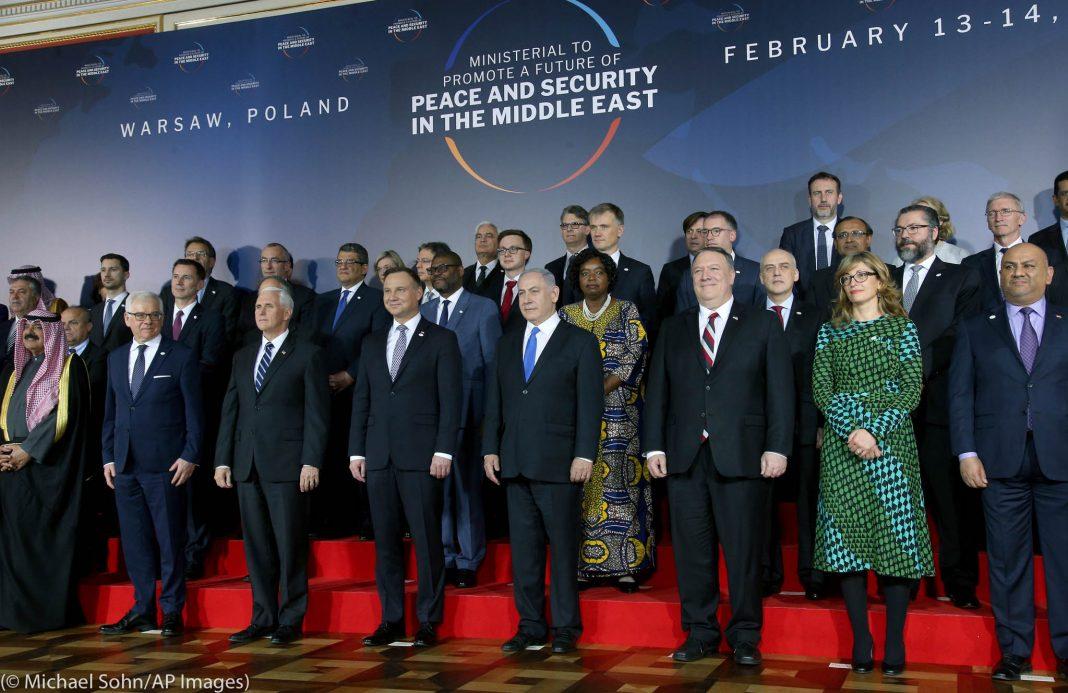 Líderes mundiais em um palco (© Michael Sohn/AP Images)