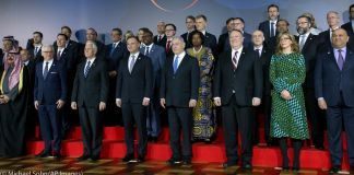 World leaders standing on stage (© Michael Sohn/AP Images)