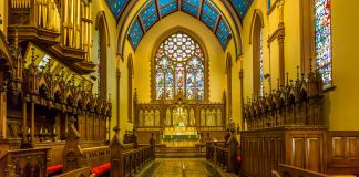 Interior of Episcopal cathedral (© Steve Skjold/Alamy)