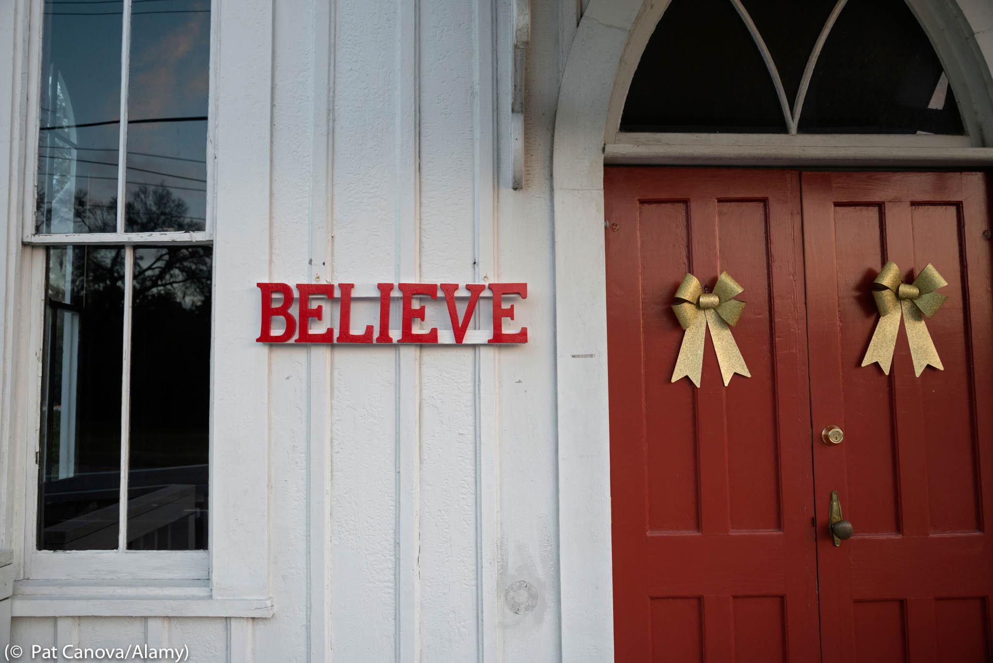 Le mot « Believe » (Croyez) et deux rubans sur la façade d'un bâtiment (© Pat Canova/Alamy)