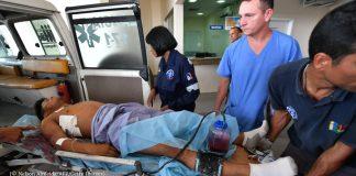 Equipe médica observa homem deitado em maca (© Nelson Almeida/AFP/Getty Images)