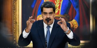 Nicolás Maduro speaking into a microphone (© Matias Delacroix/Getty Images)