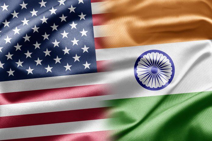 Le drapeau américain et le drapeau indien juxtaposés (© Shutterstock)