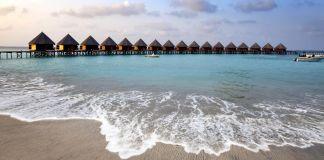 Rumah panggung di laut terlihat dari pantai (© Zoonar GmbH / Alamy)
