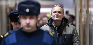 一名警察与一名男子。(© Mladen Antonov/AFP/Getty Images)