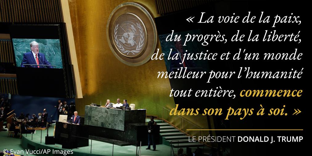 Déclarations du président Trump au sujet de la voie vers la paix et le progrès ; photo du sceau et de la scène de l'ONU (© Evan Vucci/AP Images)