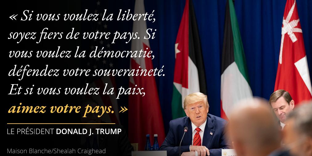 Déclarations du président Trump au sujet de l'amour de la nation ; photo de Trump assis devant des drapeaux (Maison Blanche/Shealah Craighead)