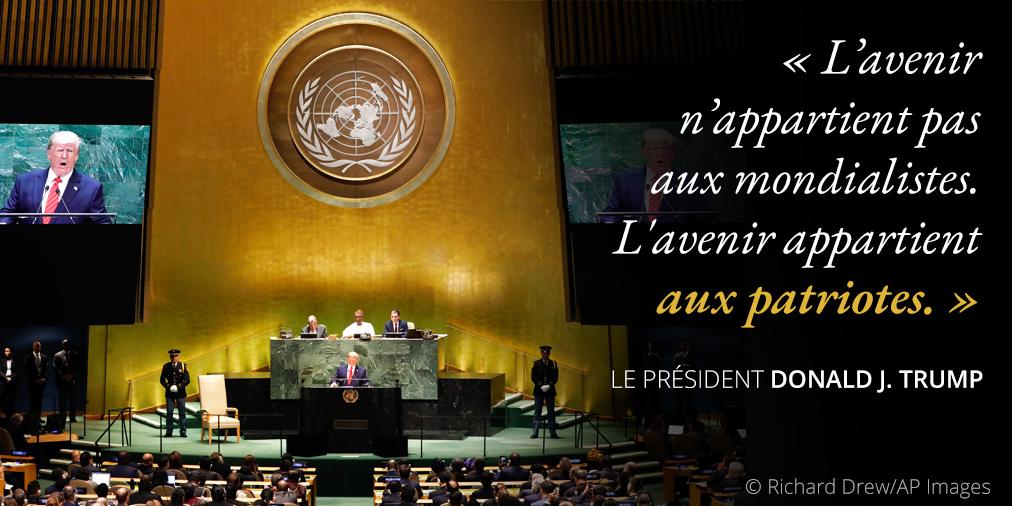 Déclarations du président Trump au sujet des mondialistes et des patriotes ; photo de Trump à un pupitre sous le sceau de l'ONU (© Richard Drew/AP Images)